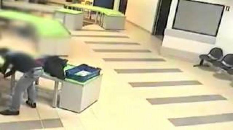 Polonia, agente aeroportuale salva bimbo afferrandolo al volo [VIDEO]