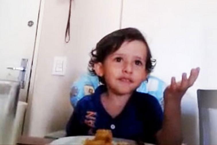 """Il commovente video del bambino che non vuole mangiare il polipo: """"Ma sono animali! Perchè?"""""""