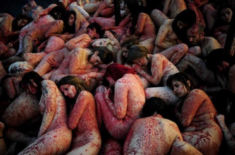 Spagna, 50 persone nude e ricoperte di sangue per protesta animalista [VIDEO]
