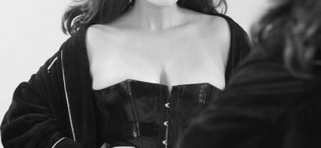 Sensuale e ironica: la donna del Calendario Pirelli 2015 sa essere sexy e hot