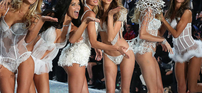 Gli auguri di Natale di Victoria's Secret [VIDEO]