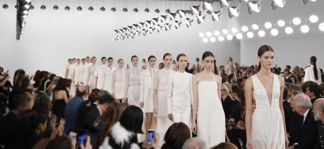 Valentino punta tutto sul bianco per la sfilata di New York [FOTO]