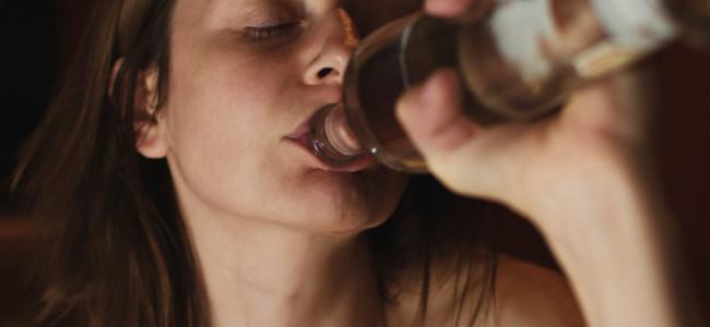 Lavorare troppo può portare all'alcolismo