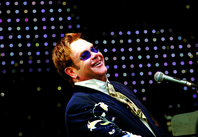 Epic fail per Elton John, dice di boicottare D&G ma compra nel loro negozio
