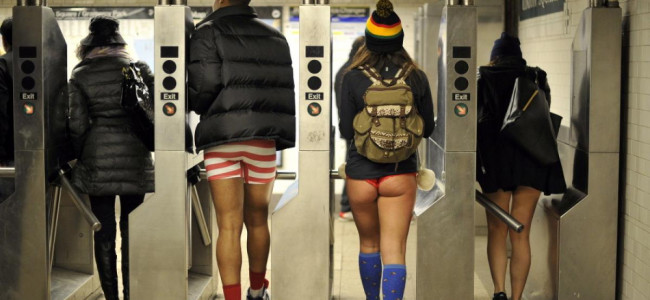 No pants day: tutti in metro in mutande [FOTO]
