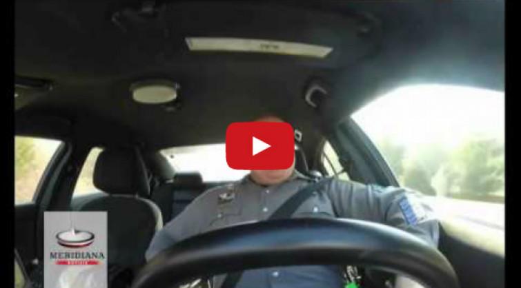 Poliziotto che canta, fa impazzire il web [VIDEO]