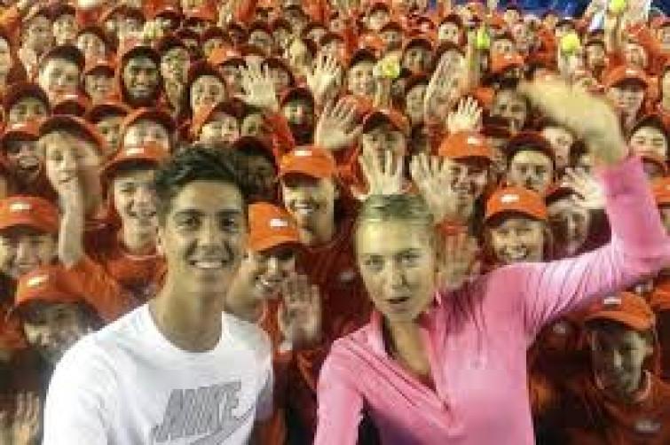 "Selfie-mania: la Sharapova si immortala insieme ai ""ball boys"""
