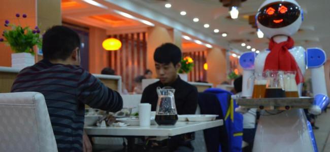 Presentati a Liaocheng i nuovissimi robot camerieri [FOTO]