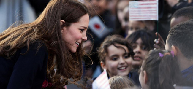 Kate Middleton incontra i bambini della Barly Primary School [FOTO]