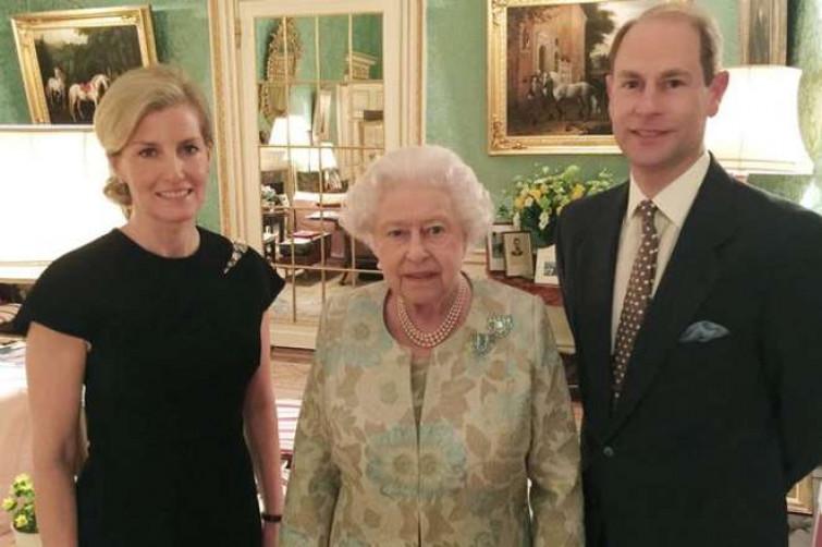 La Regina Elisabetta debutta su Facebook