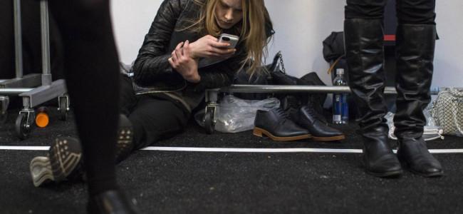 """Fashion Week NY, il backstage: """"spiando"""" le modelle nel retroscena della passerella [GALLERY]"""