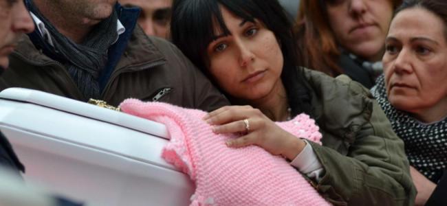 Il funerale di Nicole, la neonata morta per malasanità a Catania: momenti strazianti e dolorosi per la famiglia [GALLERY]