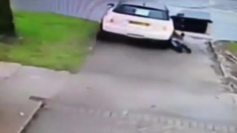Rischia la vita per salvare la sua auto [VIDEO]