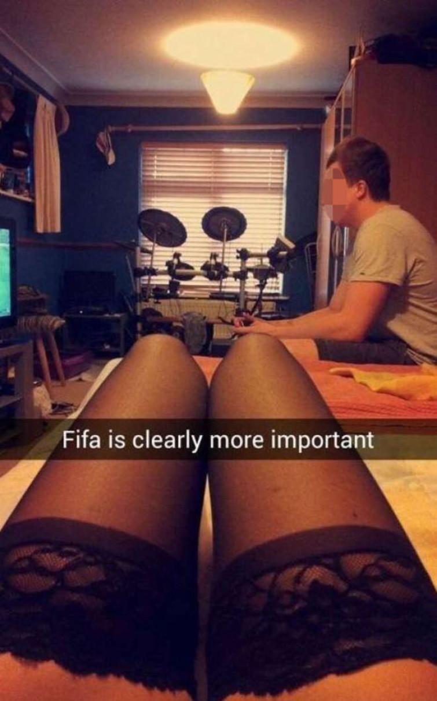 Lei vuole fare sesso e lui preferisce giocare a Fifa lei si vendica, guardate come