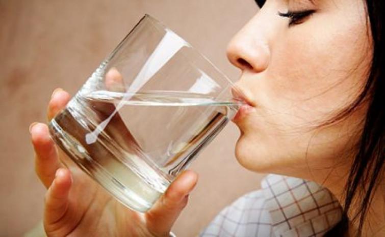 Salute: dall'endocrinologo la verità sull'acqua, le regole del bere sano