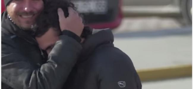 """Hearing hands: il commovente video di un ragazzo sordomuto che riesce ad essere """"capito"""" da tutti [VIDEO]"""