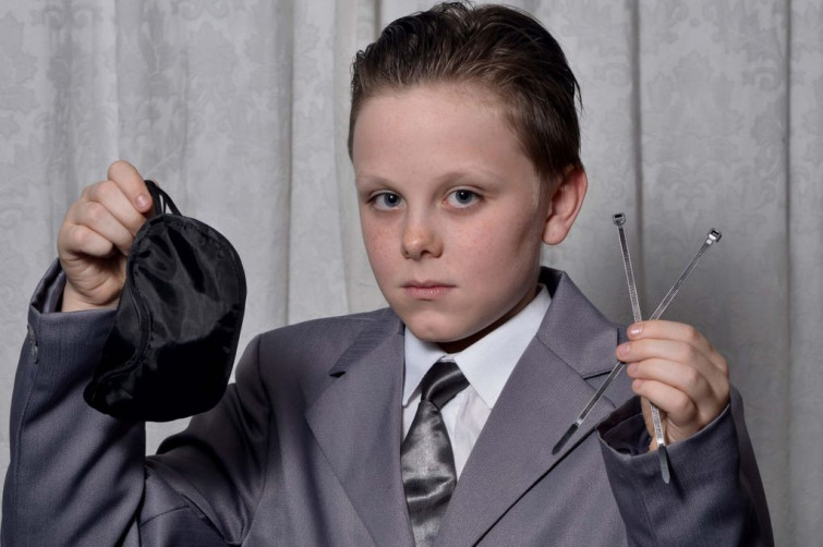 Si traveste da Mr Grey: 11enne escluso da scuola
