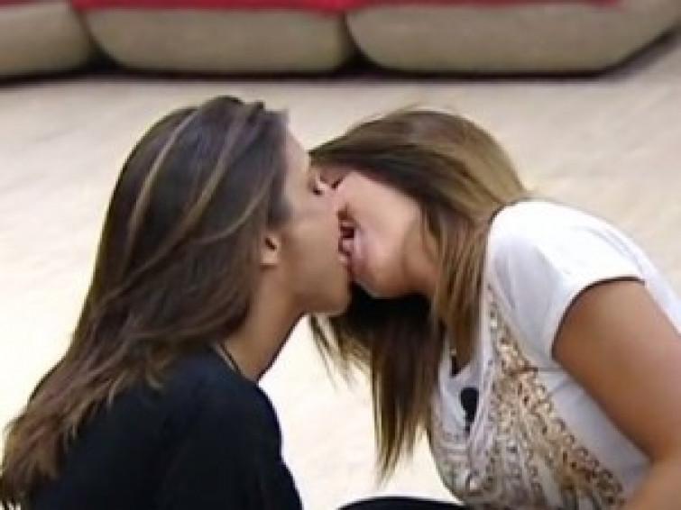 Clamoroso outing di Naike Rivelli, baci hot e amore, indovinate con quale donna?