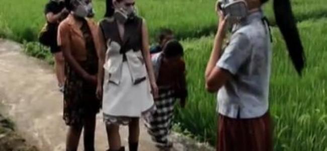 Modelle sfilano con maschere antigas: lo show sostenuto da Greenpeace