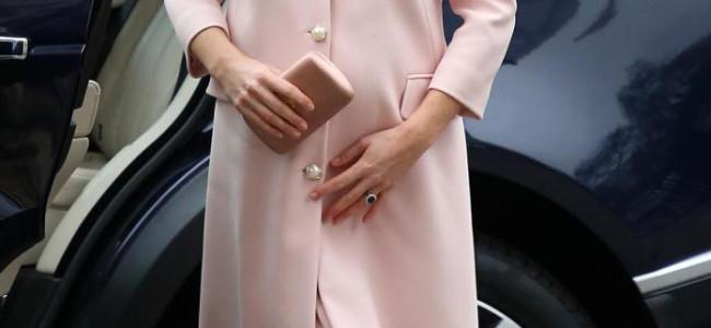 """""""Sudditi, è femmina!"""": il messaggio che Kate Middleton lancia con il suo cappotto rosa [GALLERY]"""