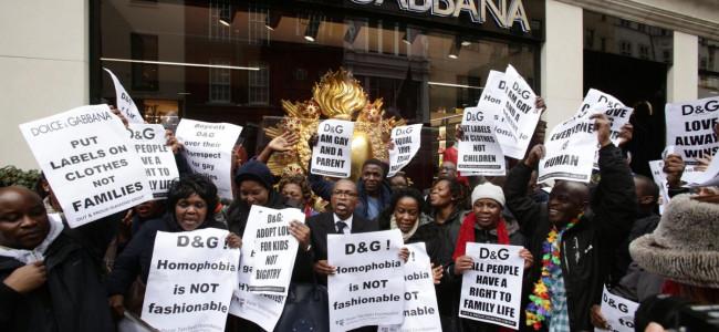 Guerra Dolce&Gabbana -Elton John, protesta davanti al negozio di Londra [GALLERY]