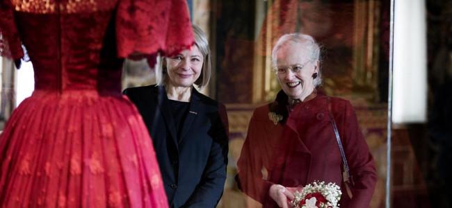 Moda da Regina: 75 anni di abiti lussuosi indossati da Margrethe II di Danimarca [GALLERY]