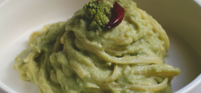 Linguine con crema di broccoli, mandorle croccanti e pinoli