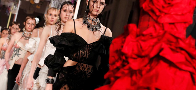 Paris Fashion Week: sfila la collezione primavera estate 2018 Alexander McQueen [GALLERY]