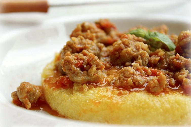 Polenta con la salsiccia: il piatto giusto per l'inverno