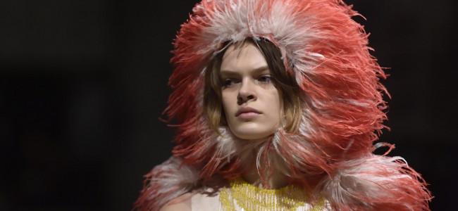 Moda: la tendenza di stagione sono le piume, su abiti e accessori [GALLERY]