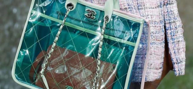 Tendenza pvc: è la plastica il must have dell'inverno 2018 per abiti e accessori [GALLERY]