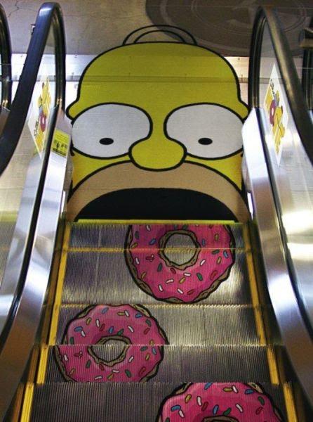 Un golosissimo Homer ci aspetta sulle scale mobili!
