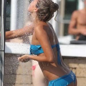 doccia_fredda_per_la_sexy_velina-500-500-371996