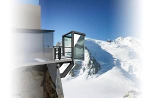 Montagna: bolla vetro appesa su precipizio Monte Bianco