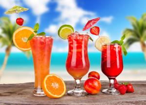 497640_cocktails_koktejli_bokaly_led_zontiki_frukty_citru_5500x3970_(www.GdeFon.ru)