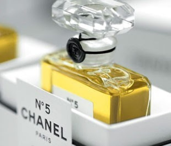 il museum of modern art festeggia i 90 anni di chanel n 5. Black Bedroom Furniture Sets. Home Design Ideas