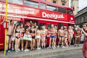passanti nudi per Milano pronti già dalle prime ore del mattino