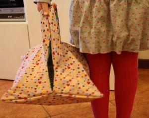 porta-torte-in-tessuto-pronti-per-andare-a-scuola-con-la-torta