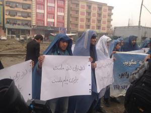 uomini afghani manifestano a favore dell'abolizione del burka per le donne talebane