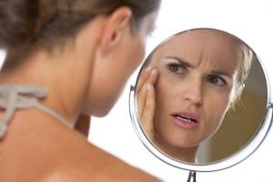 donna-si-vede-allo-specchio